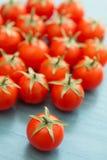 Petites tomates-cerises sur un bleu en bois Images libres de droits