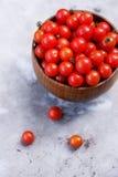 Petites tomates dans une cuvette en bois Photos libres de droits