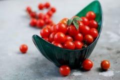 Petites tomates dans une cuvette verte Photographie stock