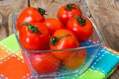 Petites tomates fraîches dans une cuvette photo stock