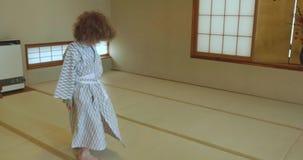 Petites torsions, pirouettes et danses de garçon tout en portant le yukata traditionnel clips vidéos