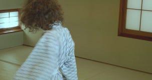 Petites torsions, pirouettes et danses de garçon tout en portant le yukata traditionnel banque de vidéos