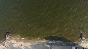 Petites vagues enroulant le sable de plage clips vidéos