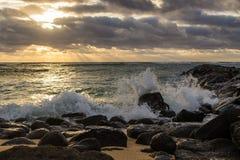 Petites vagues se brisantes au lever de soleil sur l'île de Kauai, Hawaï W images stock