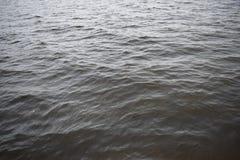 Petites vagues sur la rivière Photographie stock libre de droits