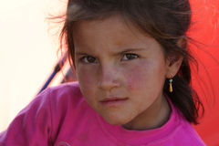 Petites verticales mignonnes d'une fille photographie stock libre de droits