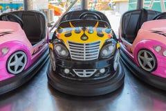 Petites voitures de butoir color?es pour des enfants images libres de droits