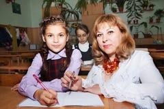Petits écolière et professeur Photo libre de droits