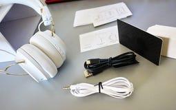 Petits écouteurs de Bluetooth, couleur blanche, en gros plan photographie stock libre de droits