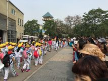 Petits étudiants chinois outre d'école Photo libre de droits