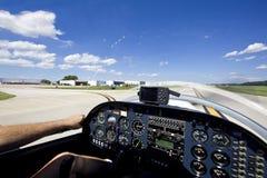 Petits aéronefs décollant de la piste Images stock