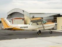 Petits aéronefs d'instruction sur l'aérodrome Images stock