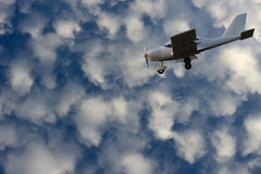 Petits aéronefs sur le ciel bleu Photos libres de droits