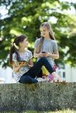 Petits amis avec la tablette et le téléphone portable de PC Photo stock