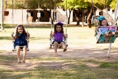 Petits amis doux ayant l'amusement dans un parc Image libre de droits