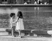 Petits amis fille et garçon jouant dans les jardins du luxembourgeois P Photo stock