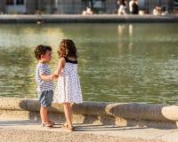 Petits amis fille et garçon jouant dans les jardins du luxembourgeois P Photos stock