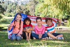 Petits amis heureux avec le drapeau américain Image libre de droits