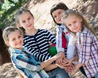 Petits amis heureux en parc de ville Photographie stock libre de droits