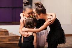 Petits amis mignons dans la classe de danse Images stock