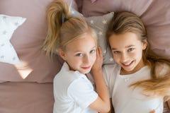 Petits amis se situant dans le lit Photos libres de droits
