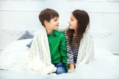 Petits amis, un garçon et une fille s'asseyant sur le lit Le concept Photo libre de droits