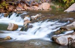 Petits automnes dans le fleuve de Vierge photo stock