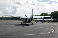 Petits avions de propulseur à l'aéroport au Porto Rico Image stock