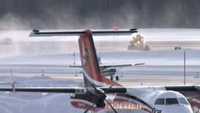 Petits avions sur la piste neigeuse banque de vidéos