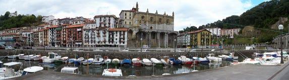 Petits bâtiments, balcon, église et bateaux de ville de pays Basque photographie stock libre de droits