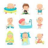 Petits bébés mignons dans différentes situations réglées Les petits garçons et les filles de sourire heureux dirigent des illustr illustration libre de droits