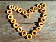 Petits bagels croustillants ronds qui se trouvent sur une table en bois Photographie stock