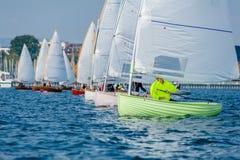 Petits bateaux à la ligne de départ images libres de droits