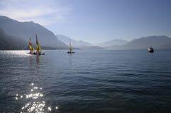 Petits bateaux à voiles colorés sur le lac annecy Photo libre de droits