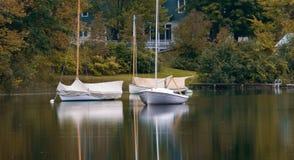 Petits bateaux à voiles sur le lac Images libres de droits