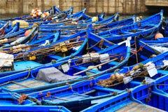 Petits bateaux bleus dans le port d'Essaouira Images libres de droits