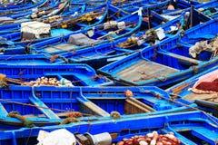 Petits bateaux bleus dans le port d'Essaouira Image stock