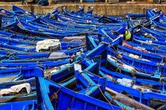 Petits bateaux bleus dans le port d'Essaouira Image libre de droits