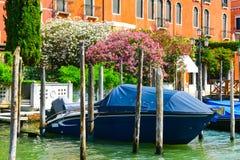 Petits bateaux commerciaux de Venise, Italie Image stock