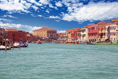 Petits bateaux dans le canal sur Murano images stock