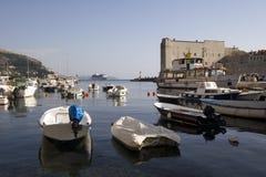 Petits bateaux dans le port dans Dubrovnil Photos stock
