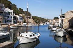 Petits bateaux dans un village de pêche Images stock