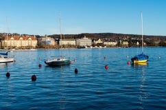 Petits bateaux de bateaux de navigations sur l'eau calme de lac aucune personnes photographie stock