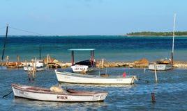 Petits bateaux de pêche au Cuba Image libre de droits