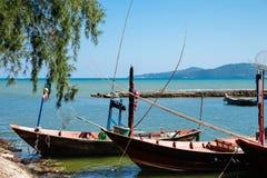 Petits bateaux de pêche au village de pêche Images libres de droits