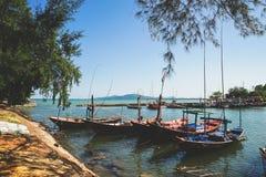 Petits bateaux de pêche au village de pêche Images stock