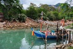 Petits bateaux de pêche au village de pêche Photo libre de droits