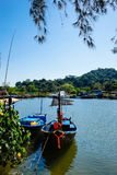 Petits bateaux de pêche au village de pêche Image libre de droits