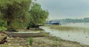 Petits bateaux de pêche avec des cygnes et des canards photo stock