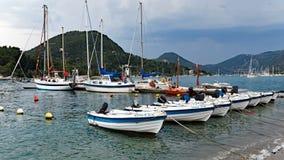 Petits bateaux de pêche blancs, Leucade, Grèce Photographie stock